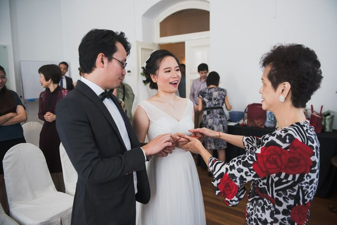 Wedding Day of Amber and Aaron at The Arts House Singapore Actual Day Photography by oolphoto - 017