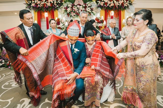 Adrian & Desi Wedding Day by THE TRIBRATA Darmawangsa Jakarta - 011