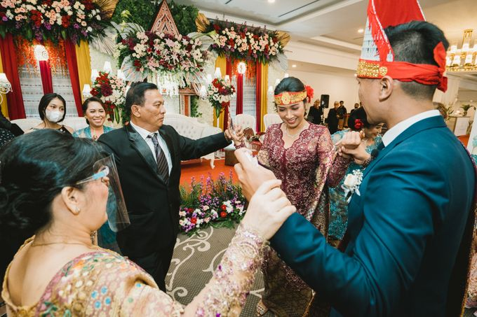 Adrian & Desi Wedding Day by THE TRIBRATA Darmawangsa Jakarta - 016