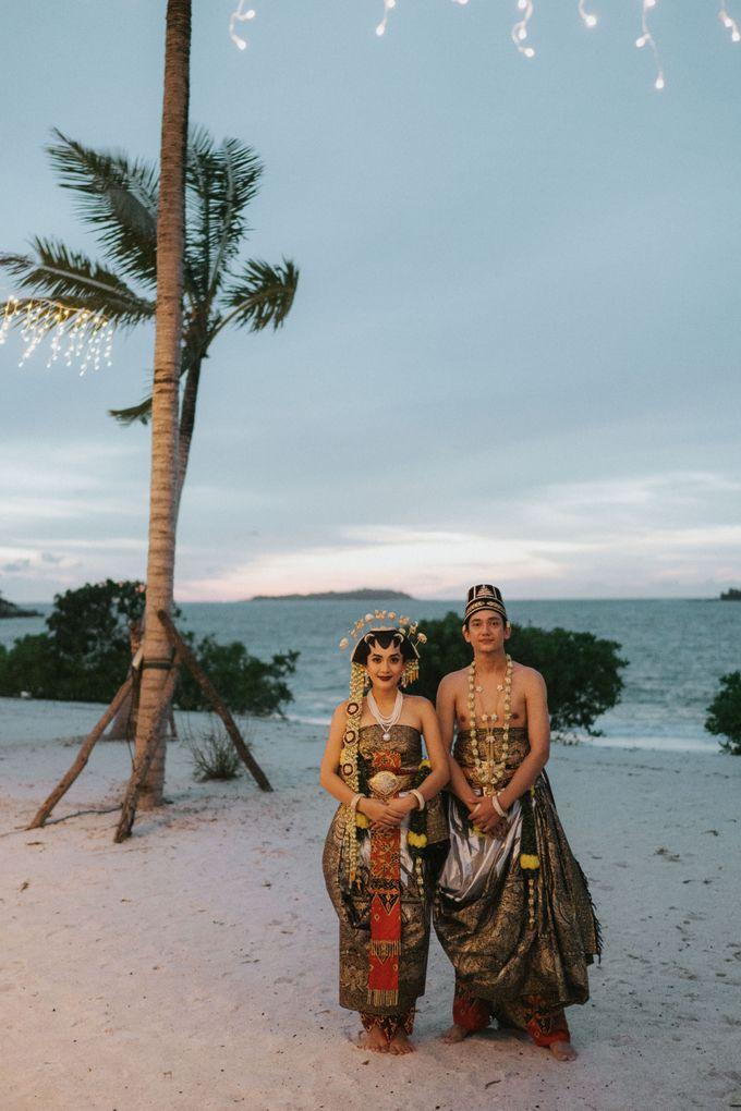 Adipati Dolken & Canti Tachril Beach Wedding by Hian Tjen - 001