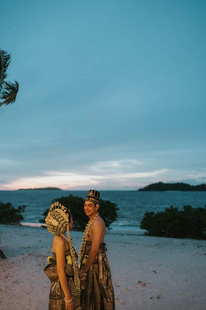 Adipati Dolken & Canti Tachril Beach Wedding by Hian Tjen - 004
