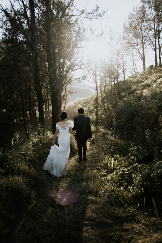 Bromo Prewedding Yudhi & Jillie by AHENjunius Photography - 019