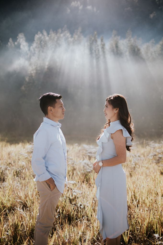 Bromo Prewedding Yudhi & Jillie by AHENjunius Photography - 026