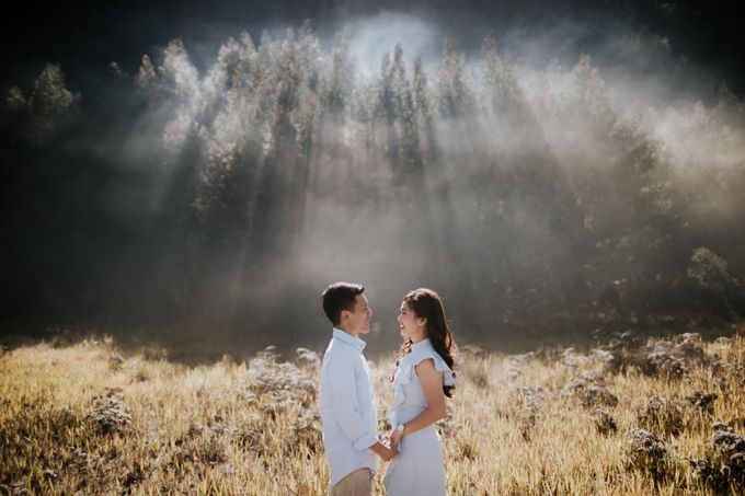 Bromo Prewedding Yudhi & Jillie by AHENjunius Photography - 028