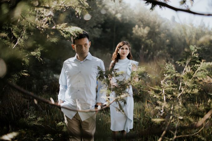 Bromo Prewedding Yudhi & Jillie by AHENjunius Photography - 030