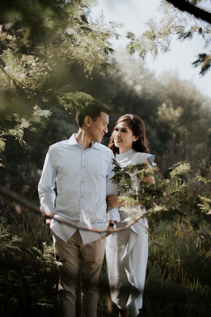 Bromo Prewedding Yudhi & Jillie by AHENjunius Photography - 032