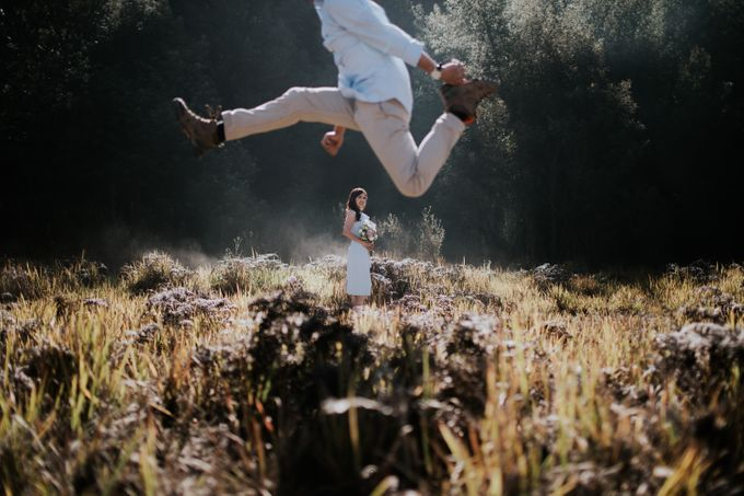 Bromo Prewedding Yudhi & Jillie by AHENjunius Photography - 034