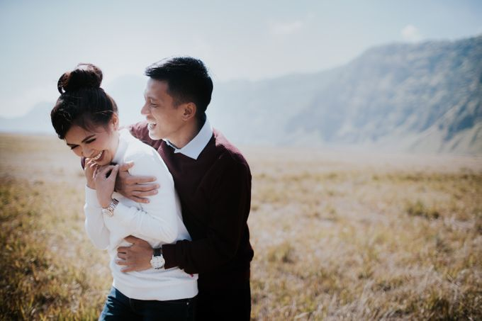 Bromo Prewedding Yudhi & Jillie by AHENjunius Photography - 037