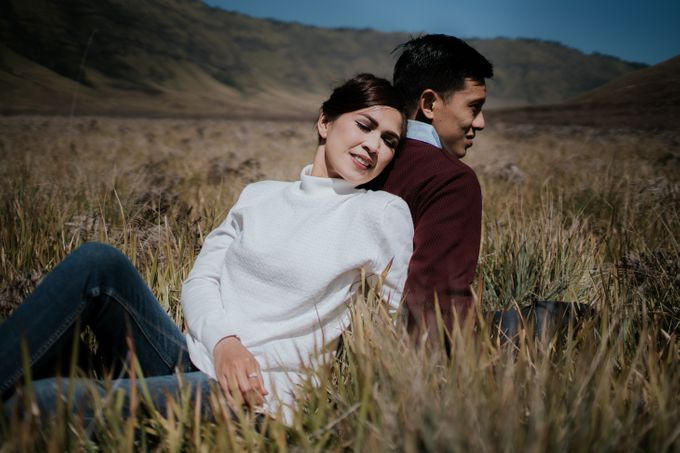Bromo Prewedding Yudhi & Jillie by AHENjunius Photography - 039