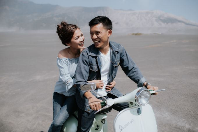 Bromo Prewedding Yudhi & Jillie by AHENjunius Photography - 044