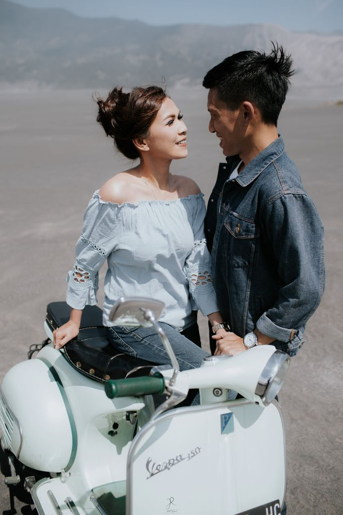 Bromo Prewedding Yudhi & Jillie by AHENjunius Photography - 046