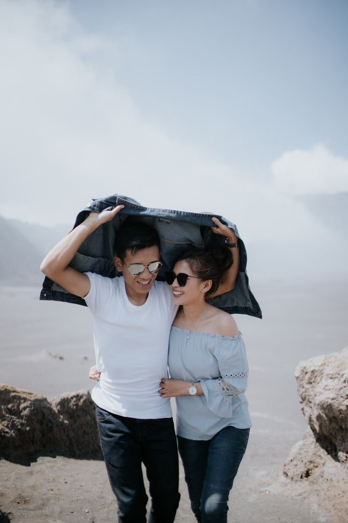 Bromo Prewedding Yudhi & Jillie by AHENjunius Photography - 048