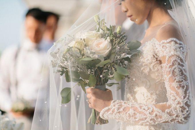 White Elegant Wedding Cliff by Bali Izatta Wedding Planner & Wedding Florist Decorator - 004