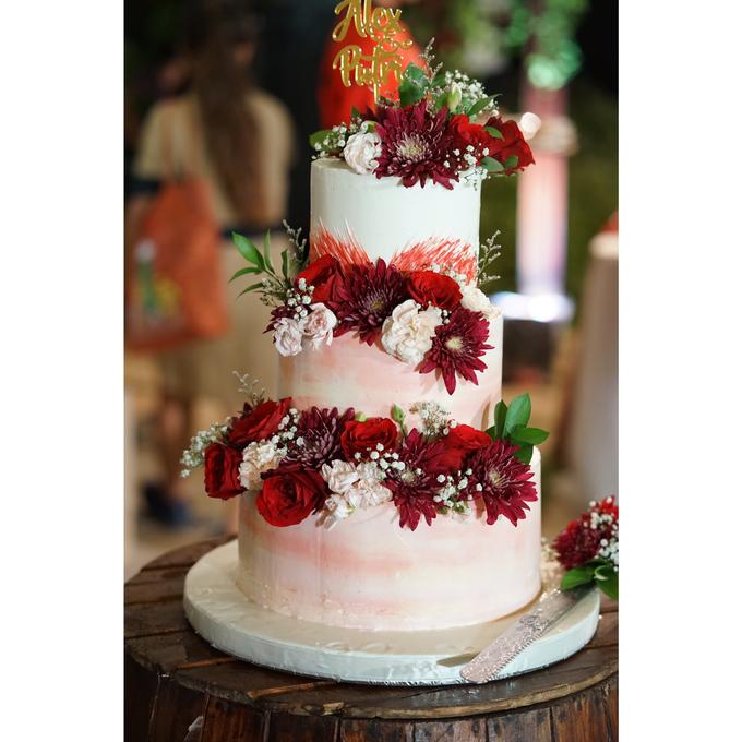 Fresh Flowers Wedding Cake by Alycia's Cake - 001