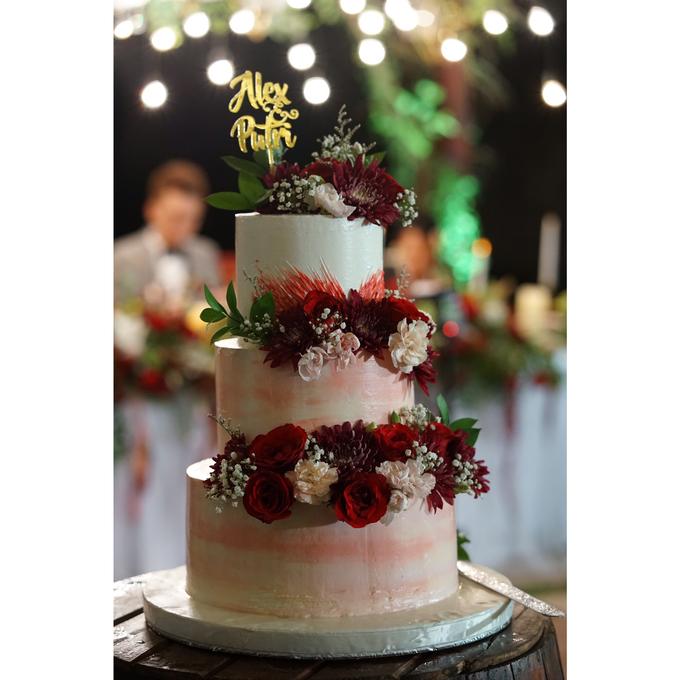 Fresh Flowers Wedding Cake by Alycia's Cake - 005