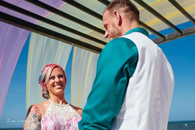 This was an amazing colorful wedding, starting from the bride, venue, and celebration by Ivan Luckie Photography - 008