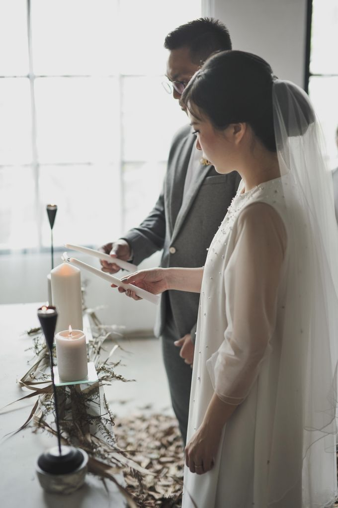 The Intimate Wedding between Two Haters of Fresh Flowers by Elior Design - 013