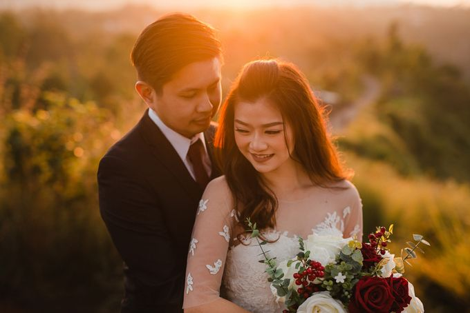 Red dress engagement bali by Maxtu Photography - 003
