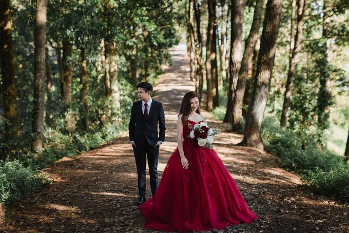 Red dress engagement bali by Maxtu Photography - 013