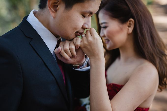 Red dress engagement bali by Maxtu Photography - 014