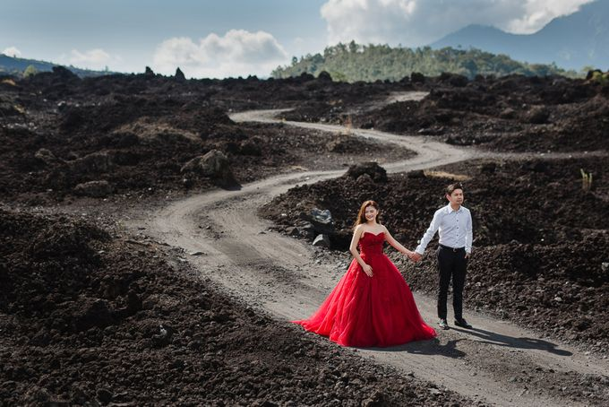 Red dress engagement bali by Maxtu Photography - 018