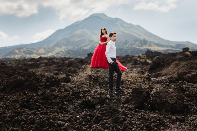 Red dress engagement bali by Maxtu Photography - 020