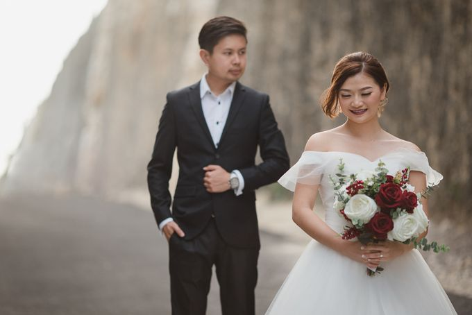 Red dress engagement bali by Maxtu Photography - 037