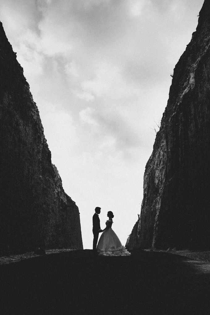 Red dress engagement bali by Maxtu Photography - 038