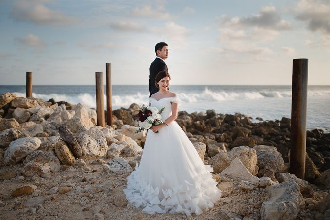 Red dress engagement bali by Maxtu Photography - 039