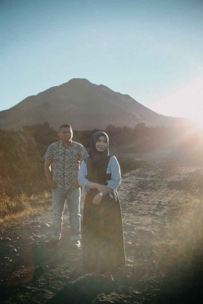 Couple Shoot in Black Lava With Volcano Background by Bali Epic Productions - 004
