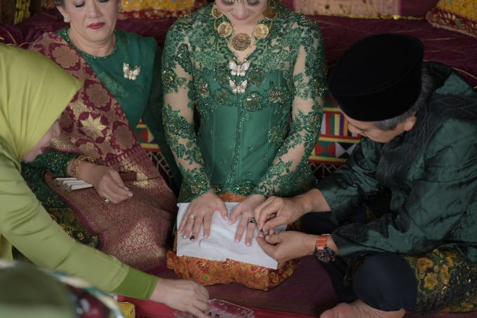 Bunga & Dendy Wedding Day by Adhyakti Wedding Planner & Organizer - 006
