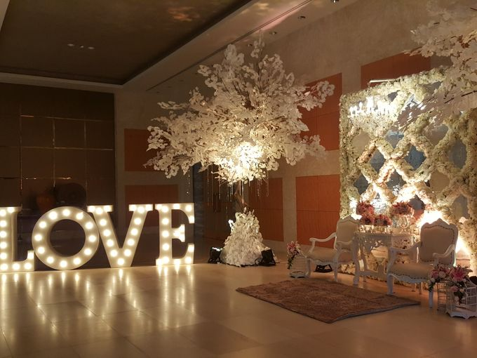 Sparkling in Gold by d'Oasis Florist & Decoration - 011