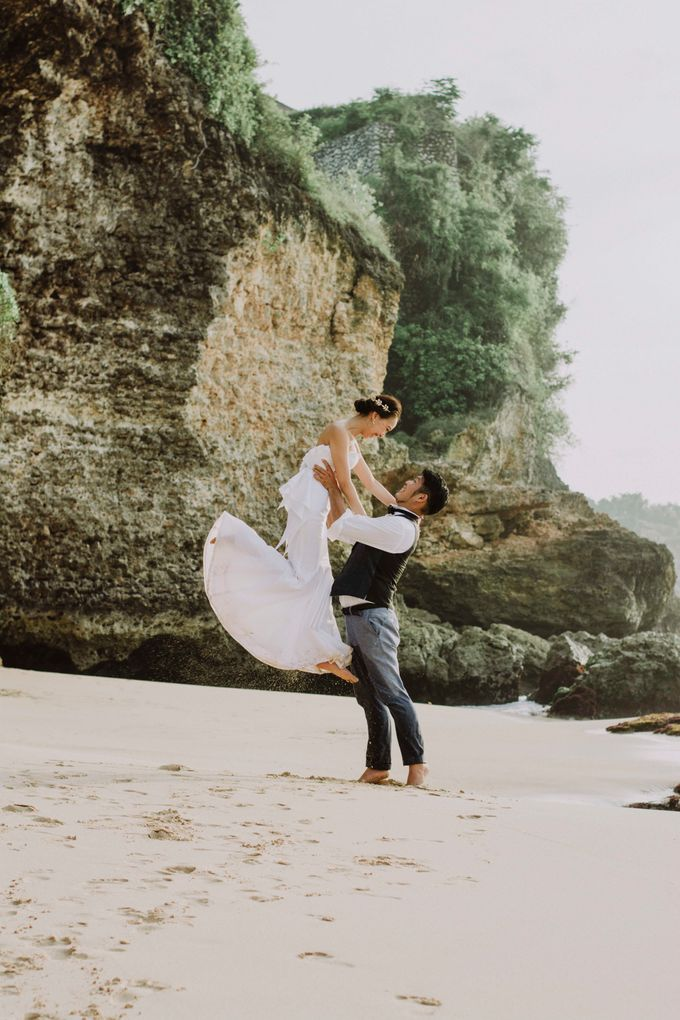 Hiro & Ai Pre-Wedding Session In Tegal Wangi Beach by Satrya Photography - 003