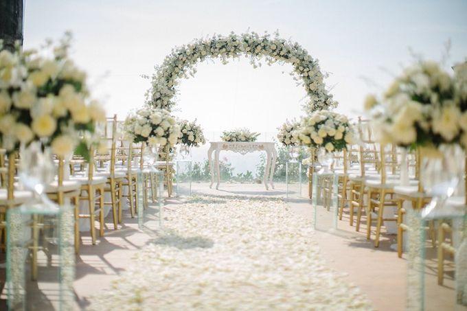 White Elegant Wedding Cliff by Bali Izatta Wedding Planner & Wedding Florist Decorator - 005