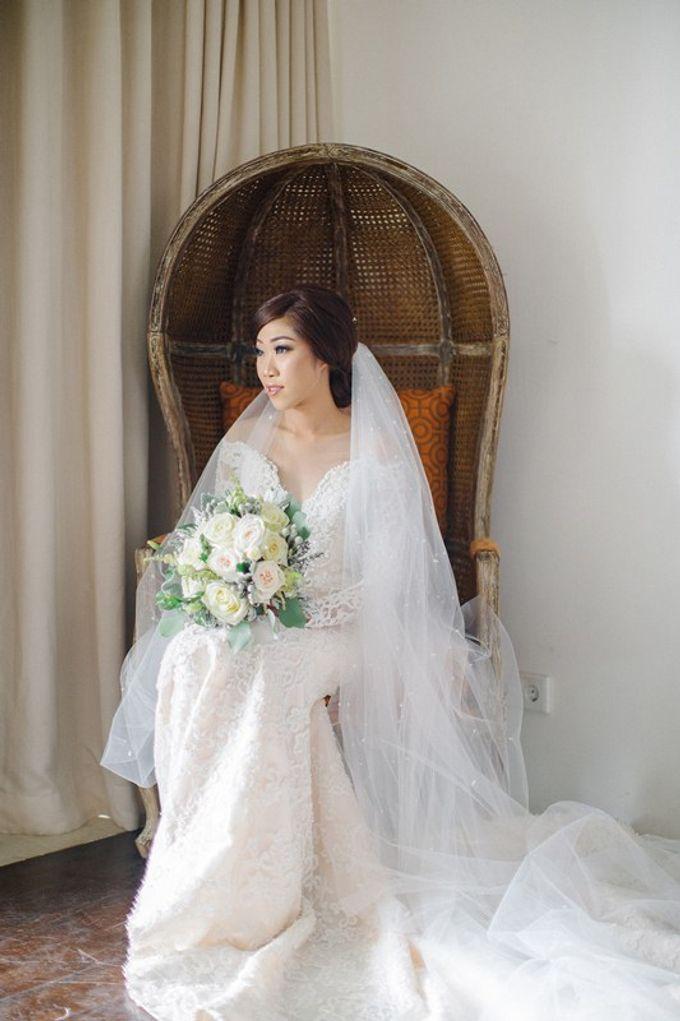 White Elegant Wedding Cliff by Bali Izatta Wedding Planner & Wedding Florist Decorator - 001