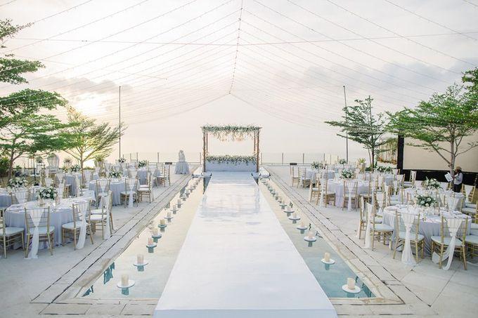 White Elegant Wedding Cliff by Bali Izatta Wedding Planner & Wedding Florist Decorator - 013