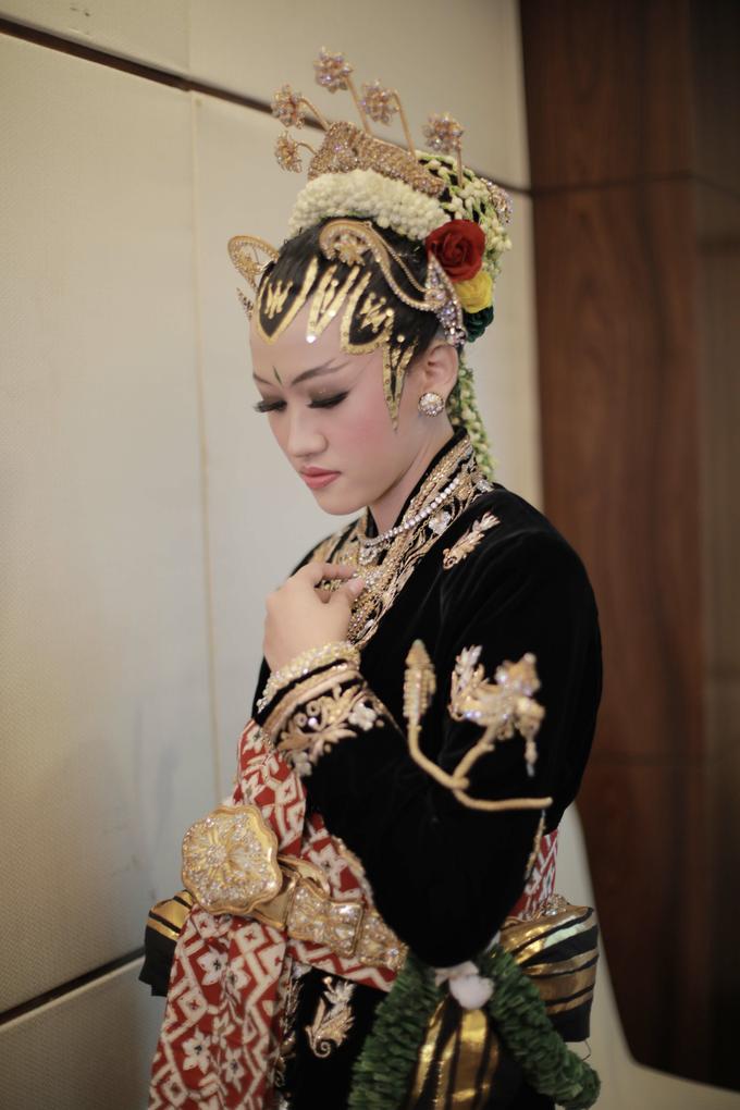Intimate Wedding Acara Pernikahan Roni Denisa  by Ambar Paes Traditional Wedding Make Up - 009