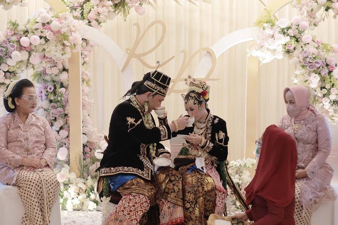 Intimate Wedding Acara Pernikahan Roni Denisa  by Ambar Paes Traditional Wedding Make Up - 010