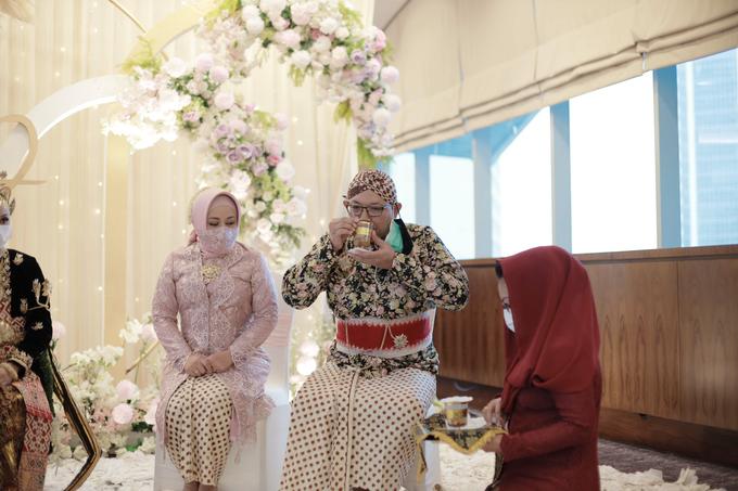 Intimate Wedding Acara Pernikahan Roni Denisa  by Ambar Paes Traditional Wedding Make Up - 017