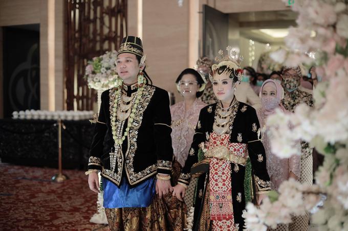 Intimate Wedding Acara Pernikahan Roni Denisa  by Ambar Paes Traditional Wedding Make Up - 021