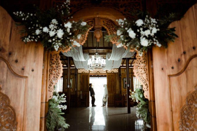 The Wedding of Putri & Adi di Pendopo Uti by Decor Everywhere - 001