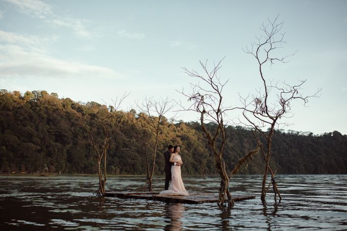 Exquisite Lake & Forest Prewedding of Evita & Benny in Bali by fire, wood & earth - 003