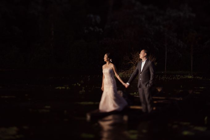 Exquisite Lake & Forest Prewedding of Evita & Benny in Bali by fire, wood & earth - 005
