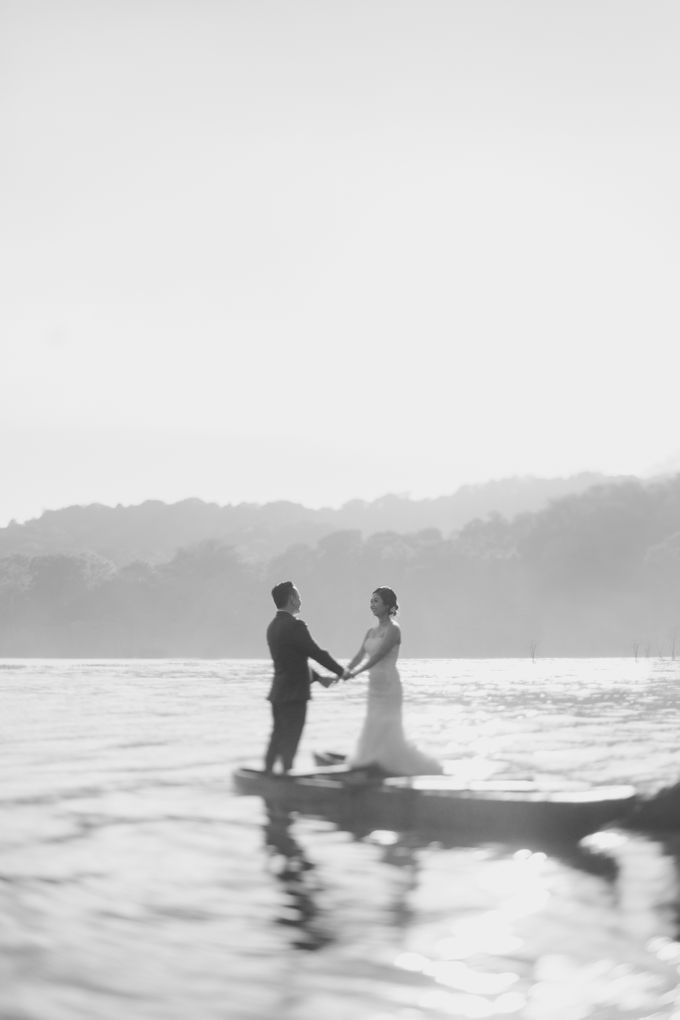 Exquisite Lake & Forest Prewedding of Evita & Benny in Bali by fire, wood & earth - 008