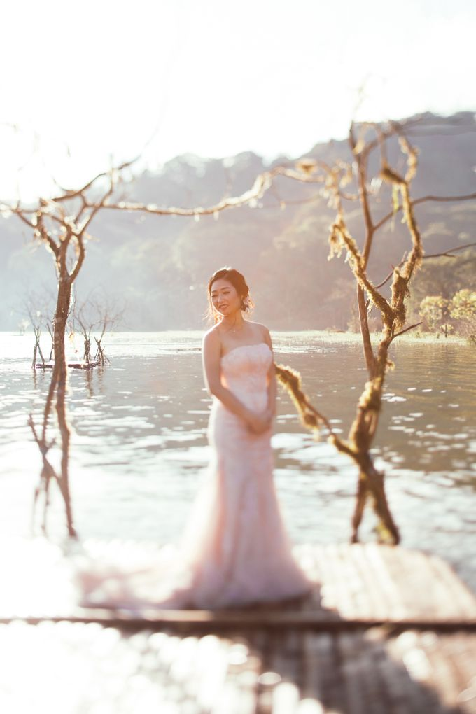 Exquisite Lake & Forest Prewedding of Evita & Benny in Bali by fire, wood & earth - 009
