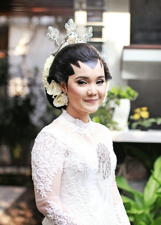 Wedding make up for Tara Rawindra (Javanese Paes& Padang) and Kathya Paramitha (National) by Yoga Septa Make Up Artist - 009