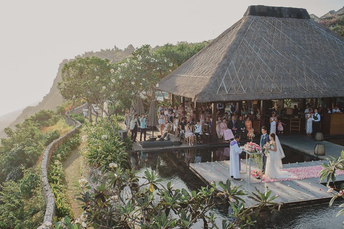 Fiona & Gary's wedding on the cliffs of Uluwatu by Bulgari Resort Bali - 007