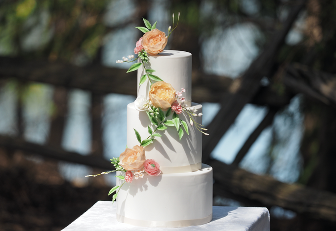 Wedding cakes and favours by Sweet Savour Cakery - 001