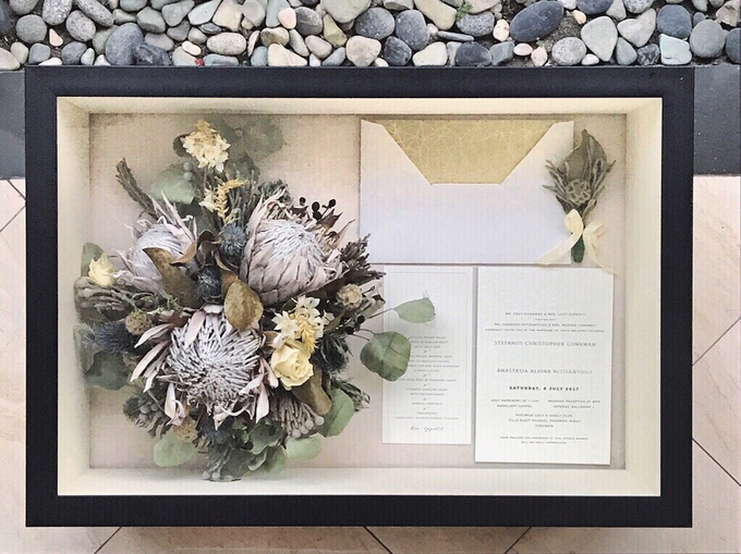 Perserved Monochrome bouquet by CONSERVÉ FLOWER PRESERVATION - 001