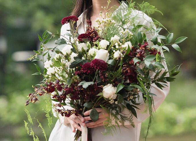 Wild burgundy bouquet by Liz Florals - 004